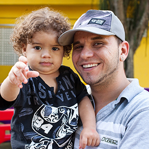 Photo of father and son in Rio de Janeiro. Credit: Credit: Beto Pêgo/Promundo.