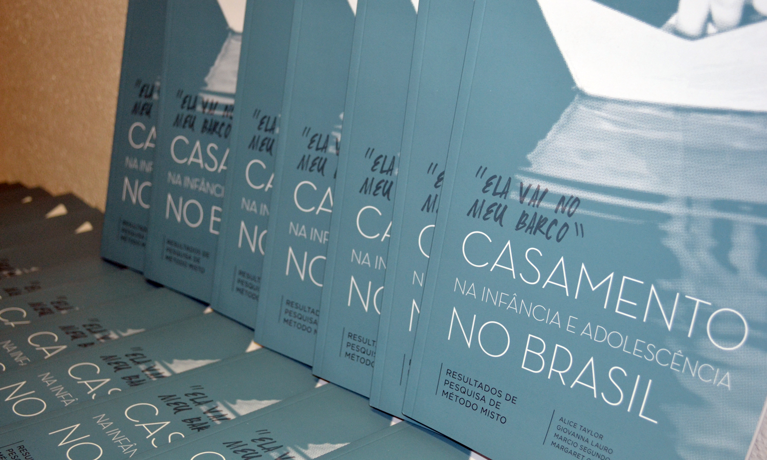 """Covers of Portuguese edition of """"She goes with me in my boat."""""""